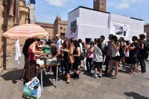 ' diritto al pasto ' -pranzo in piazza maggiore