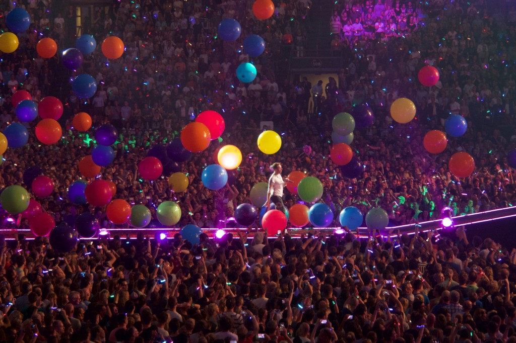 Coldplay_perform_-Adventure_of_a_Lifetime-,_Amsterdam_Arena,_June_2016_(7)