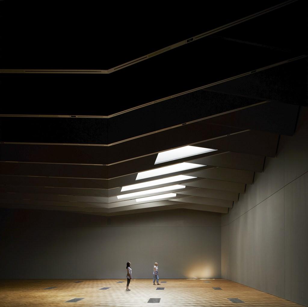 La nuova ala sotterranea del V&A (quando le finestrature a livello terra sono semi-aperte)