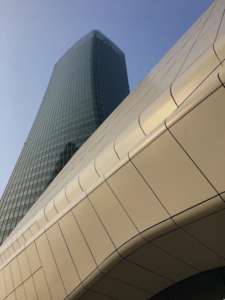 L'esterno dello shopping mall di Hadid a CityLife a Milano, con la torre in torsione.