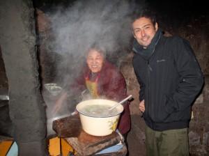 Il pranzo è pronto!.. Daniele Dainelli durante uno dei suoi viaggi nella campagna cinese