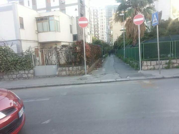 doppio cartello stradale