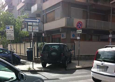 auto su marciapiede pixellata tagliata