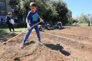 bambini piantano l'orto nel giardino di villa Napoli