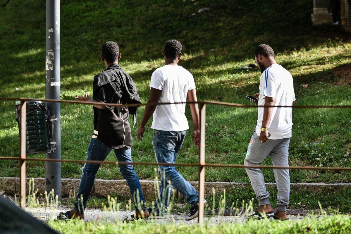 Porta Venezia, profughi stazionano nella zona verde lungo Viale Vittorio Veneto
