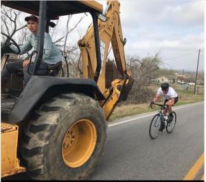 Armstrog in bici dietro un trattore