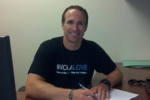Drew Brees mentre firma il contratto