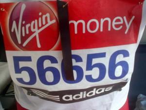 Un pettorale listato a lutto alla maratona di Londra
