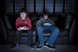 6790345-due-ragazzi-seduti-su-un-divano-giocare-ai-videogame