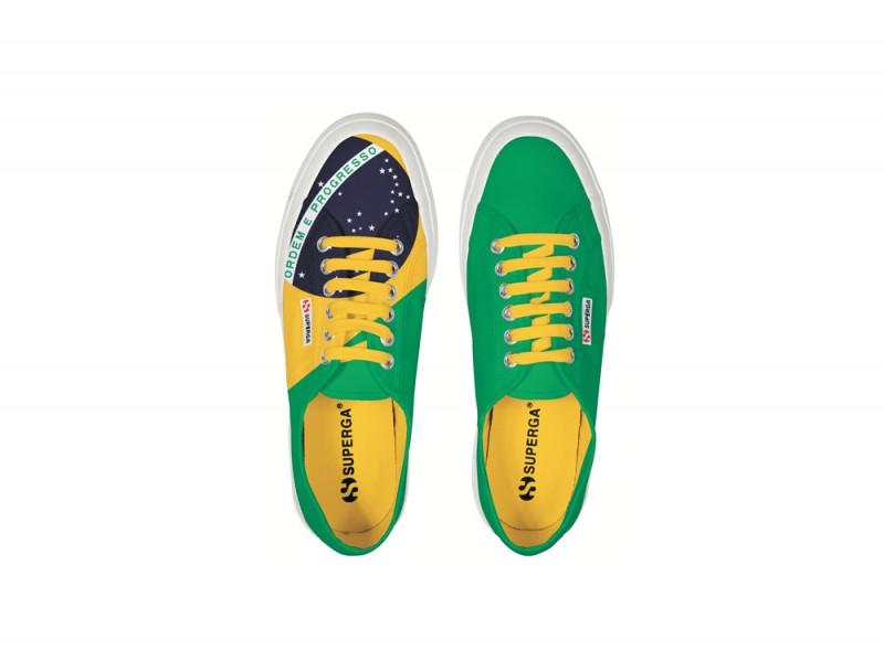 6e44d0c6d0beb Il marchio Superga ha egualmente scelto la bandiera brasiliana che ha  stampato (per una sola scarpa