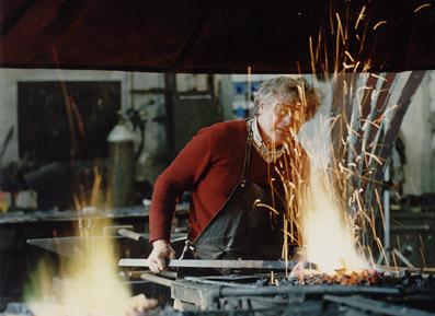 L'artista Simon Benetton all'opera - Foto di proprietà dello Studio Pozzi