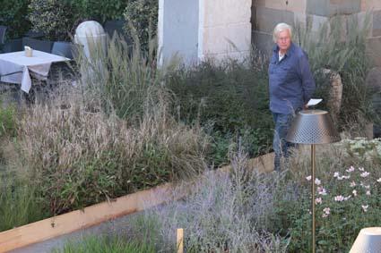 _Piet Oudolf, a Bergamo in Piazza Vecchia, tra le sue piante e le luci di Platek (foto Leonardo Tagliabue)