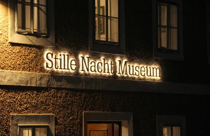 2) Stille Nacht, il canto natalizio di Joseph Mohr e Franz X. Gruber, festeggia in Austria i 200 anni