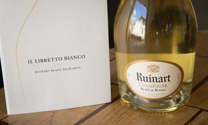 6) Il libretto bianco, riccamente illustrato, per il Blanc de Blancs di Ruinart (foto Claudia Calegari)