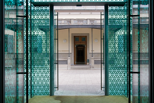 Nell'orangerie dell'ex-villa Wesendonck, l'entrata della caffetteria del museo, difronte allo Smaragd