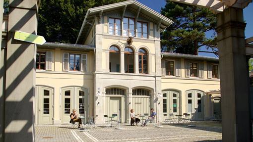 6) La Remise, che ospita la biblioteca, i workshop e gli uffici amministrativi del museo