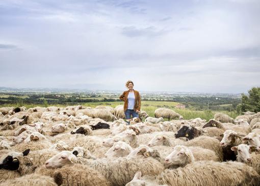 Ilaria Venturini Fendi, ideatrice di FloraCult, tra le pecore dei Casali del Pino