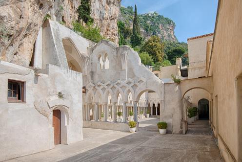 Incastonato nella roccia, il chiostro (XIII secolo), attiguo alla cappella, dove si celebrano matrimoni e feste