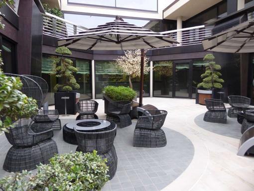 La lounge verde del ristorante La Rei, con anche antichi bonsai