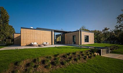 More, una casa prefabbricata circondata da verde e acqua