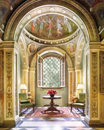 La monumentale cappella della hall, con affreschi originali risalenti al XV secolo