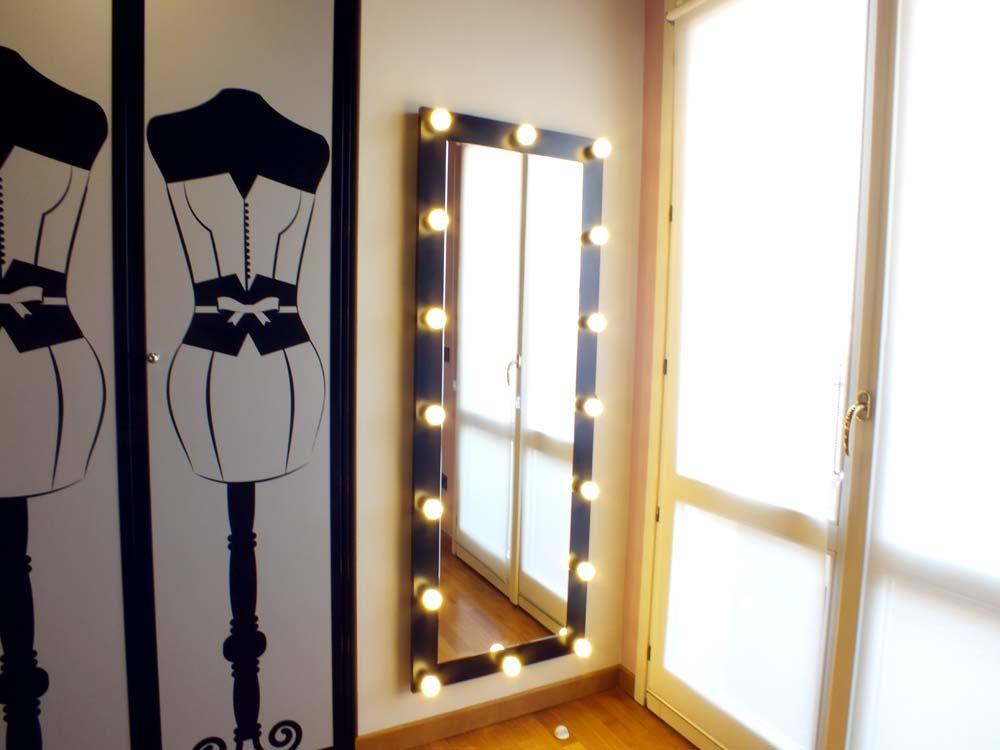 La cameretta diventa grande il progetto in una stanza for Ikea specchi adesivi