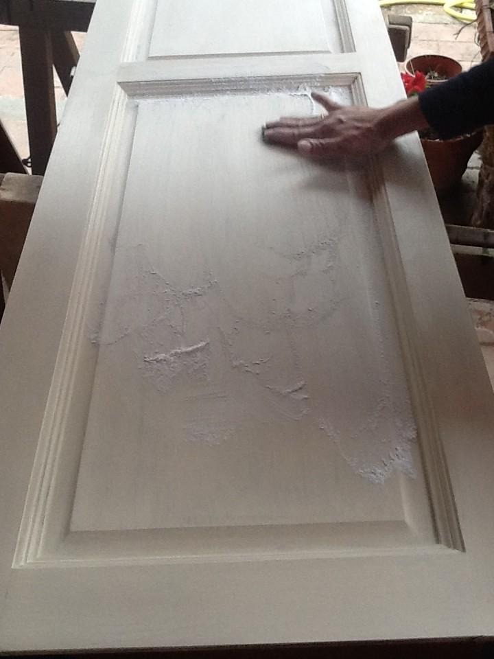 Cospargete la superficie con il borotalco prendete la lana di acciaio e passatela sul supporto - Decapare un tavolo ...