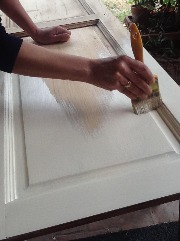 Interesting prendete la pittura acrilica del colore da voi scelto e diluitela in parti uguali - Tecnica shabby per mobili ...