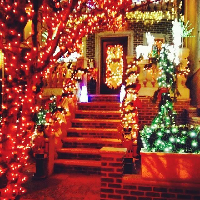 Natale all 39 estero tripudio di luci e decorazioni a new - Decori natalizi per finestre ...