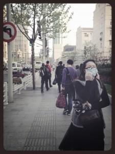 Una delle poche persone ad indossare la mascherina