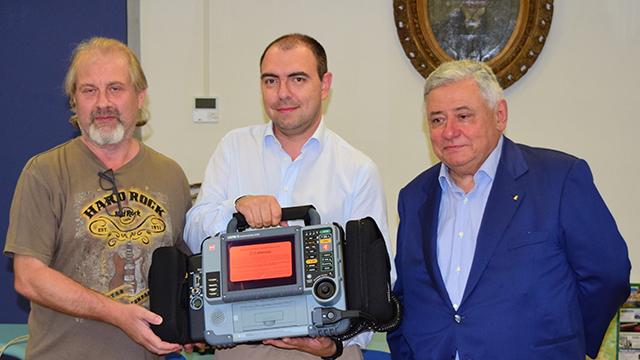 AP_donazione monitor defibrillatore_Luca Bellingeri, presidente Ap, al centro, e due parenti di Elsa ed Enrico Bologna_15.09.17