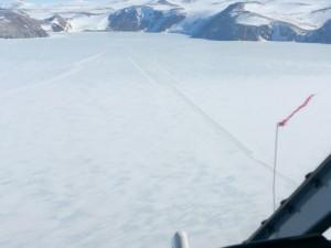 Vista dall'elicottero della pista d'atterraggio sul pack