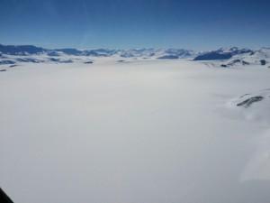 Vista dall'elicottero di una parte interna dell'Antartide