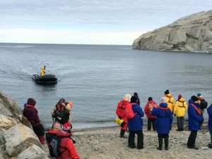 Giorno 81 - turisti che attendono il gommone che li riporterà a bordo per riprendere il viaggio