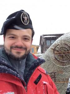 Giorno 97 - Antonio davanti logo Antartide
