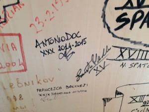 Giorno 98 - la firma sul muro del vecchio pinguinattolo