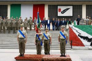 da sinistra, il col cucchini, il gruppo bandiera del 5° Rgt Alpini, il col cavalli (1)