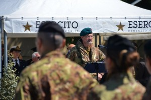 Il generale Parmiggiani parla al Contingente schierato