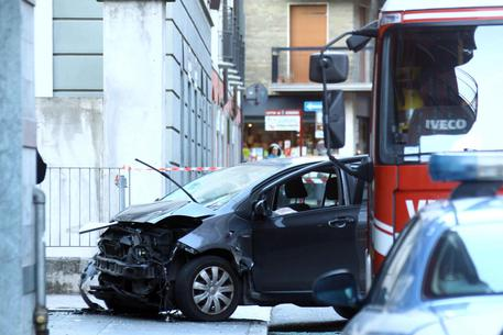 A car overwhelms passersby in Sondrio