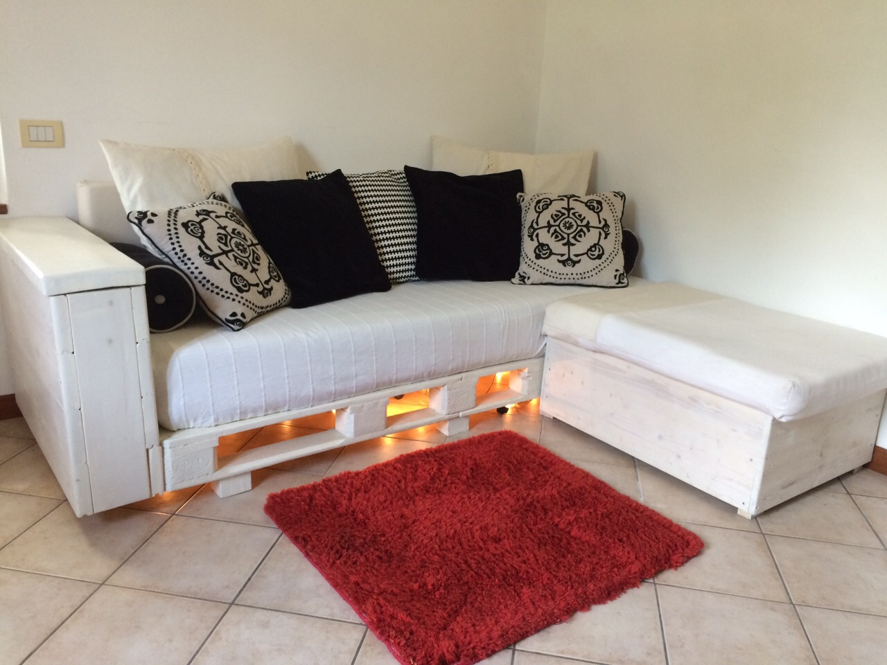 Come arredare casa con poco reoose nulla inutile blog - Un divano per dodici ...