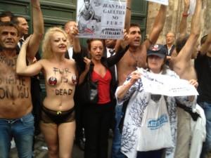 Attivisti di Animalisti Italiani onlus manifestano all'ingresso della sfilata di Jean Paul Gaultier a Roma