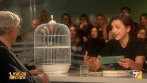 Corrado Augias, imbarazzato, riceve in dono da Daria Bignardi un uccellino in gabbia