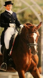 Flambo è il cavallo di Chiara Romanelli, magnifico nel dressage, affettuoso e intelligente. Muore dopo lunga agonia a seguito di una frattura al collo spacciata per colica