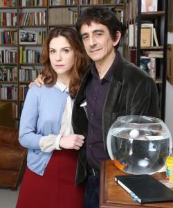 Sergio Rubini e Isabella Ragonese in scena con uno dei due pesci utilizzati nello spettacolo