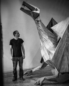 Alto quasi tre metri, realizzato in ferro e canapa, il drago dello scultore e pittore Giuseppe Capitano ci spinge a guardare con meraviglia il mondo naturale di cui facciamo parte