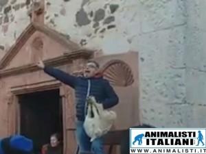 Agnelli e maiali venduti all'asta in Sardegna e in Sicilia: Animalisti Italiani Onlus denuncia la brutalità del trattamento subito da questi animali e rivolge una lettera aperta a sindaci e parroci.