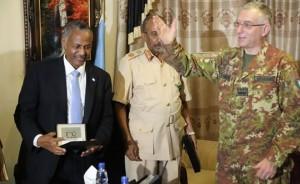 Il Ministro della difesa Gen. Abdulkadir Ali Dini (a sinistra), il Capo di Stao Maggiore somalo Gen. Mohamed Adan Ahmed ed il Capo di Stato Maggiore italiano Gen. Claudio Graziano,