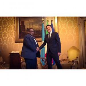 Stretta di mano tra il PM somalo Sharmarke e quello italiano Matteo Renzi