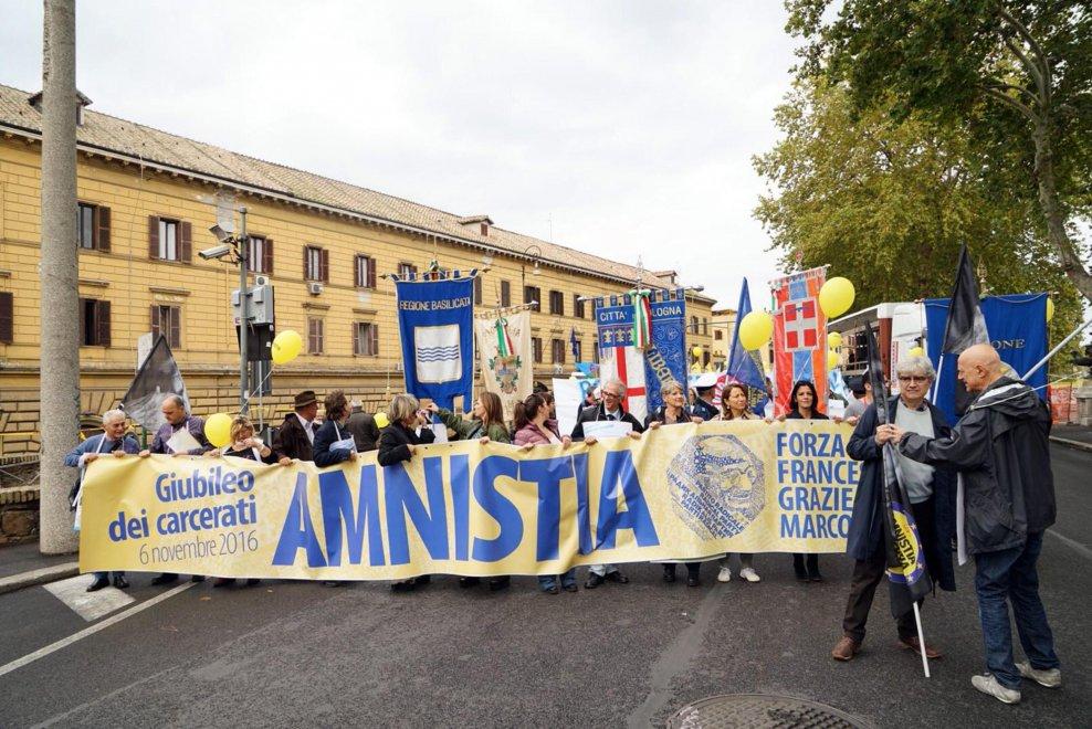 Amnistia: marcia a Roma, tanti palloncini gialli colorano il centro della Capitale