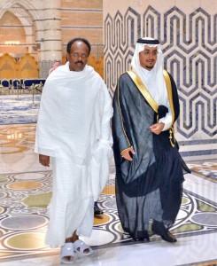 Il Presidente somalo Farmajo in accappatoio dopo le abluzioni nell'Acqua Santa
